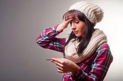 Mujer con fríos del enfermo del termómetro Imágenes de archivo libres de regalías