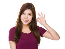 Mujer con gesto aceptable de la muestra Foto de archivo