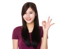 Mujer con gesto aceptable de la muestra Foto de archivo libre de regalías