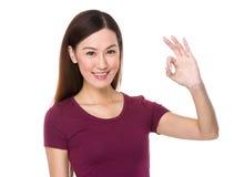 Mujer con gesto aceptable de la muestra Imagen de archivo libre de regalías
