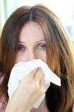 Mujer con gripe o alergia foto de archivo
