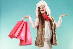 Mujer con hacer compras de los bolsos y manos vacías Imagenes de archivo