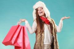 Mujer con hacer compras de los bolsos y manos vacías Foto de archivo libre de regalías