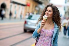 Mujer con helado Foto de archivo libre de regalías