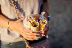 Mujer con helado tailandés del caramelo Imágenes de archivo libres de regalías