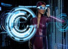 Mujer con HUD Display Glasses futurista Fotos de archivo