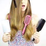 Mujer con la acción del pelo en peinado de los cepillos Imagen de archivo