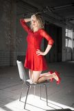 Mujer con la alineada roja fotografía de archivo libre de regalías