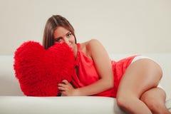 Mujer con la almohada de la forma del corazón Amor del día de tarjeta del día de San Valentín Foto de archivo