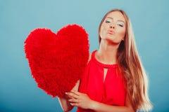 Mujer con la almohada de la forma del corazón Amor del día de tarjeta del día de San Valentín Fotos de archivo