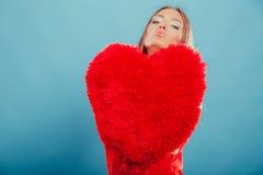 Mujer con la almohada de la forma del corazón Amor del día de tarjeta del día de San Valentín Fotos de archivo libres de regalías