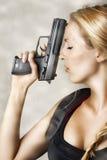 Mujer con la arma de mano Fotos de archivo libres de regalías