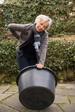 Mujer con la artritis, reteniéndola foto de archivo