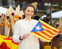 Mujer con la bandera catalana Imagen de archivo libre de regalías