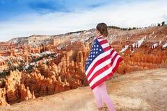 Mujer con la bandera de los E.E.U.U., Bryce Canyon National Park Foto de archivo libre de regalías