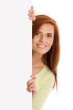 Mujer con la bandera en blanco de la tarjeta fotografía de archivo