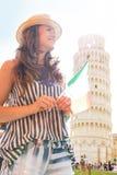 Mujer con la bandera italiana delante de la torre de Pisa Foto de archivo libre de regalías