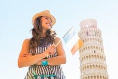 Mujer con la bandera italiana delante de la torre de Pisa Imagen de archivo