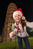 Mujer con la bandera italiana que toma a selfie la torre inclinada cercana de Pisa Imagen de archivo