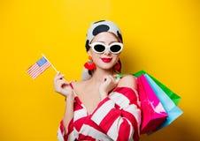 Mujer con la bandera y los panieres de los E.E.U.U. Fotos de archivo libres de regalías