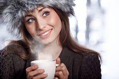 Mujer con la bebida del café Fotos de archivo