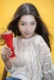Mujer con la bebida tropical roja Imágenes de archivo libres de regalías