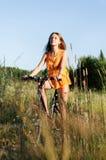 Mujer con la bici Imagen de archivo libre de regalías