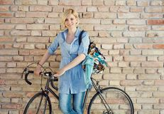 Mujer con la bici Foto de archivo