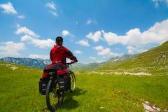 Mujer con la bici de montaña fotografía de archivo