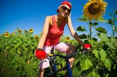 Mujer con la bicicleta Imágenes de archivo libres de regalías
