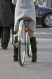 Mujer con la bicicleta imagenes de archivo