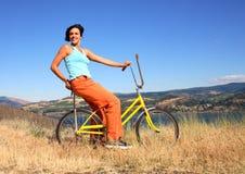 Mujer con la bicicleta Fotos de archivo libres de regalías