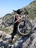 Mujer con la bicicleta Fotografía de archivo libre de regalías