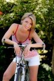 Mujer con la bicicleta de la bici de montaña Fotografía de archivo libre de regalías