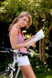 Mujer con la bicicleta de la bici de montaña Fotos de archivo