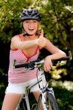Mujer con la bicicleta de la bici de montaña Fotografía de archivo