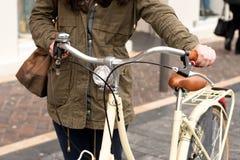 Mujer con la bicicleta retra Imagen de archivo
