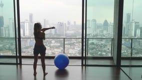 Mujer con la bola de la aptitud metrajes