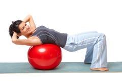 Mujer con la bola de la gimnasia fotografía de archivo libre de regalías
