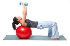 Mujer con la bola de la gimnasia Imágenes de archivo libres de regalías