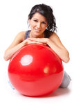 Mujer con la bola de la gimnasia Foto de archivo libre de regalías