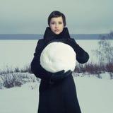 Mujer con la bola de la nieve Imagen de archivo libre de regalías