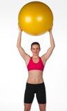 Mujer con la bola de los pilates Foto de archivo libre de regalías