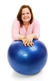 Mujer con la bola de Pilates Fotos de archivo