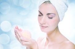 Mujer con la bola del baño del aroma Imágenes de archivo libres de regalías