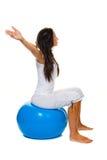 Mujer con la bola del ejercicio Foto de archivo