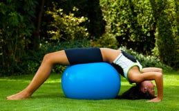 Mujer con la bola del ejercicio Fotos de archivo