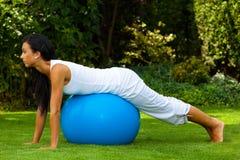 Mujer con la bola del ejercicio Imagen de archivo