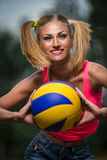 Mujer con la bola del voleibol Fotos de archivo libres de regalías