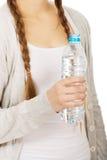 Mujer con la botella de agua mineral Fotografía de archivo